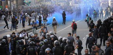 Juiz condena 23 jovens que lideraram protestos contra obras na Copa