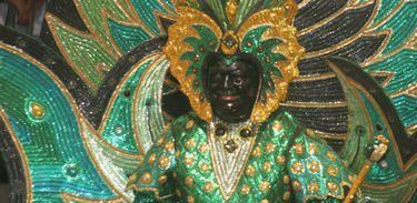 No maracatu, participantes pintam o rosto de preto e usam fantasias exuberantes