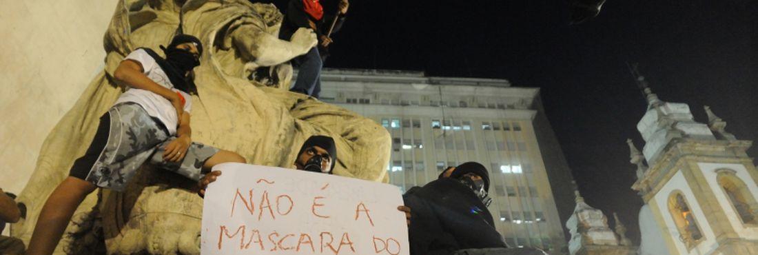 Rio de Janeiro - Grupos de estudantes, indígenas e manifestantes favoráveis ao uso de máscaras nos protestos também participam do ato, ontem (11) no centro da cidade