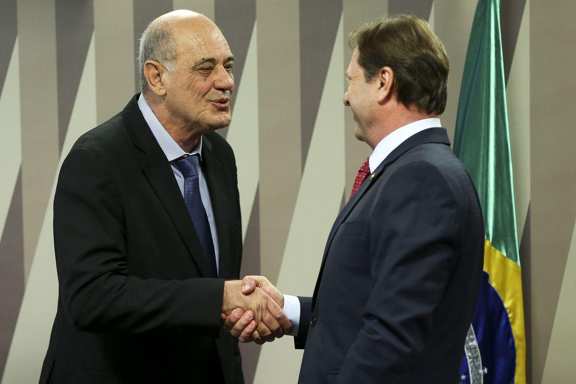 O engenheiro civil Weber Ciloni, indicado para exercer o cargo de diretor da Agência Nacional de Transportes Terrestres (ANTT), e o senador Acir Gurgacz, durante sabatina na Comissão de Serviços de Infraestrutura (CI) do Senado.
