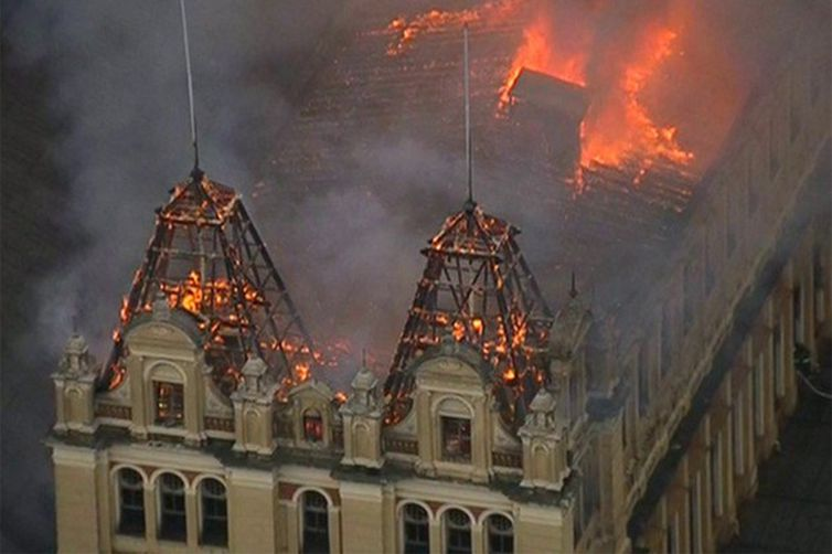 São Pauloo - Incêndio de grandes proporções atinge Museu da Língua Portuguesa (Bombeiros do Estado de São Paulo)