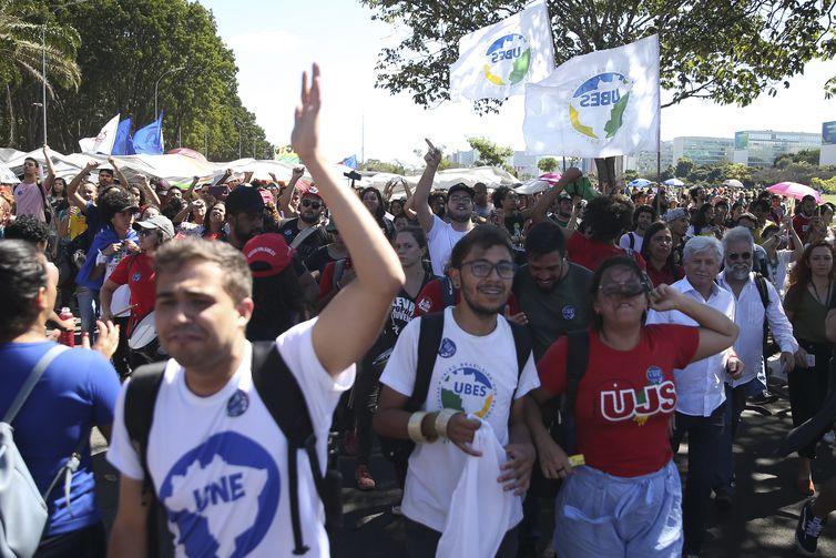 Estudantes e representantes de entidades estudantis e de sindicatos de trabalhadores participam de manifestação contra o contingenciamento de verbas públicas para universidades federais.