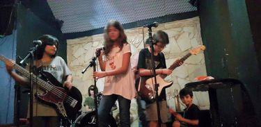Integrantes da banda Rock dos nanicos, no palco do Clubinho