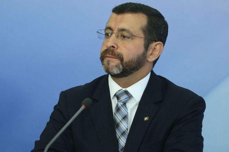O ministro interino da Justiça, Claudenir Pereira, em entrevista à imprensa