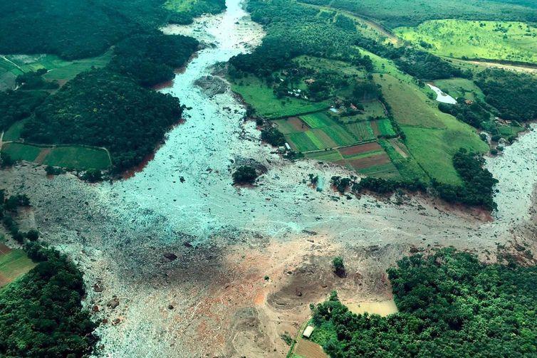 O presidente Jair Bolsonaro, sobrevoa área atingida pelo rompimento da barragem em Brumadinho