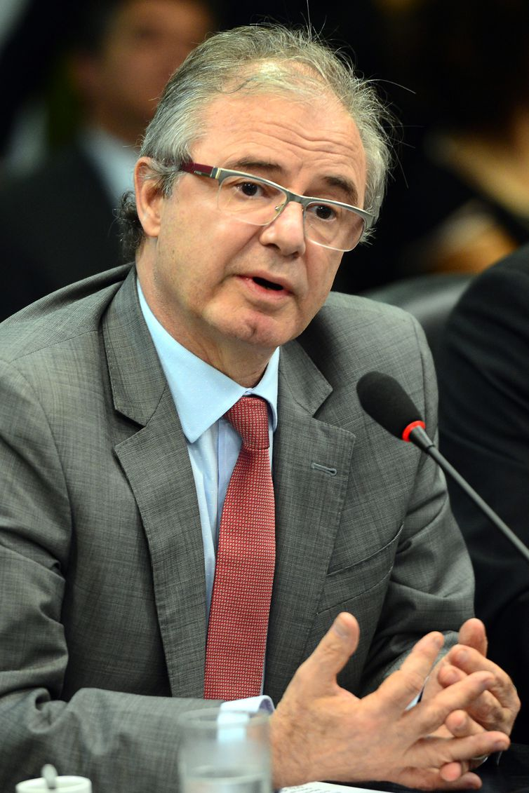 Brasília - O ministro interino de Minas e Energia, Luiz Eduardo Barata participa de solenidade de assinatura dos contratos de concessão de 29 Usinas Hidrelétricas (Fabio Rodrigues Pozzebom/Agência Brasil)