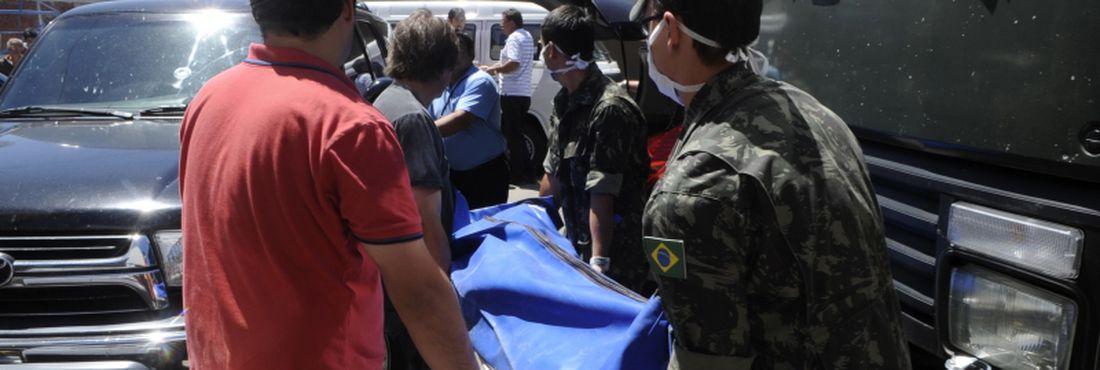 Corpos das vítimas do incêndio na Boate Kiss são levados para o Centro Desportivo Municipal de Santa Maria. Mais de 200 pessoas morreram na tragédia