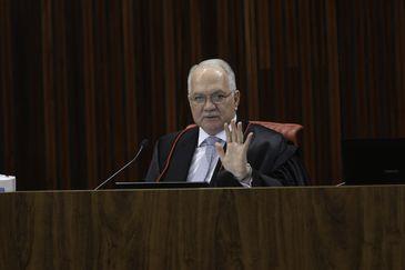 O ministro Edson Fachin durante julgamento do pedido de registro de candidatura de Luiz Inácio Lula da Silva para a presidência da República nas eleições de outubro, no TSE.