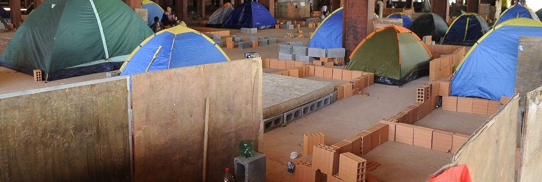 Brasília - Integrantes do Movimento dos Trabalhadores Sem Teto (MTST) ocupam prédio abandonado em construção, na região de Taguatinga, no Distrito Federal