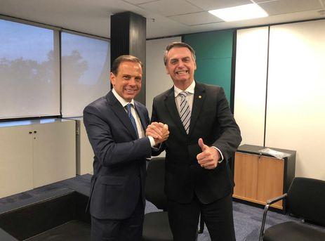 O presidente eleito Jair Bolsonaro recebe João Doria, governador eleito de São Paulo, no gabinete de transiçãop, em Brasília.