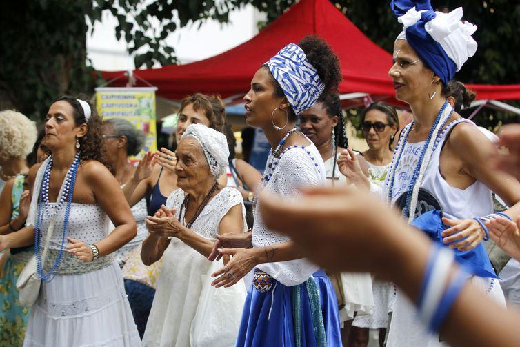 Blocos afros se reúnem para saudar Iemanjá na Praça XV no Rio