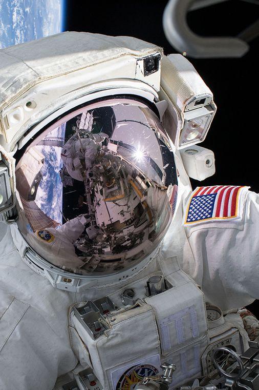 Dois astronautas dos Estados Unidos ( EUA) completaram uma caminhada na Estação Espacial Internacional no domingo (6), a primeira de uma série de cinco caminhadas espaciais programadas para outubro, com o objetivo de substituir as baterias no