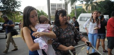 Rio de Janeiro - Camila Tobolski, de 23 anos, chega com a filha Ariel, de 3 meses para o Exame Nacional do Ensino Médio (Enem) na Uerj (Fernando Frazão/Agência Brasil)