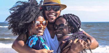 Aceitação dos cabelos crespos e afro ainda esbarra em racismo