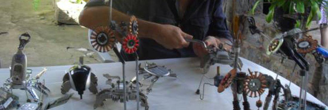 Armando Olive se utiliza de lixo eletrônico para criar esculturas