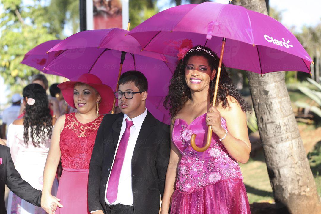 Brasília - Mulheres com câncer de mama participam de desfile como parte das atividades do Outubro Rosa, mês de conscientização sobre a doença (José Cruz/Agência Brasil)