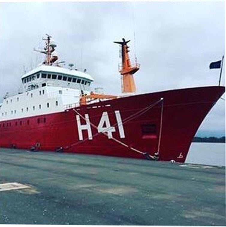 Navio Almirante Maximiano, da Marinha, é uma das embarcações que participam das buscas ao submarino argentino desaparecido