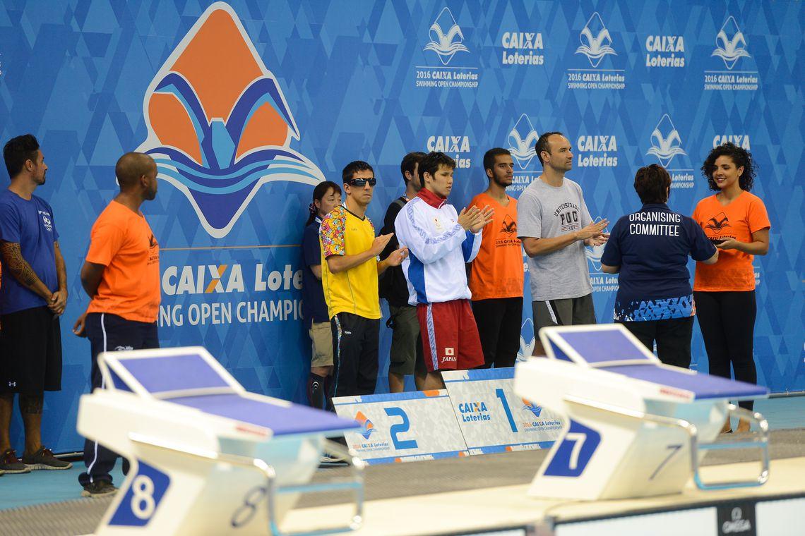 Rio de Janeiro - Kimura Keiichi, do Japão, Urbano Herrera, da Colômbia, e o brasileiro Marcio dos Santos no pódio dos 100 metros nado peito do evento-teste de natação paralímpica no Estádio Aquático (Fernando Frazão/Agência Brasil)