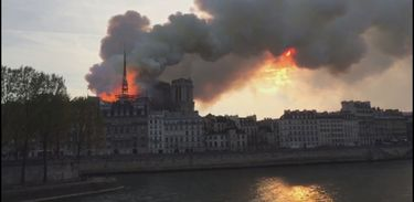 Catedral de Notre Dame de Paris em chamas