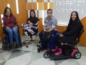 No estúdio do Programa Especial, a nossa apresentadora e cadeirante Juliana Oliveira. Também no estúdio, estão: Rebeca Costa, que tem nanismo e está sentada em uma cadeira; Caio Salgado, que tem síndrome de Down e está sentado em um puff e Luana Cavalcant