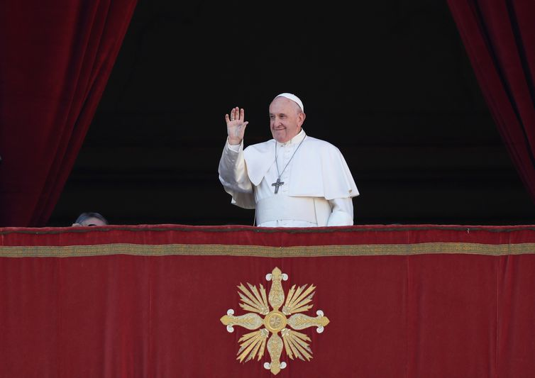 """Pope Francis arrives to deliver the """"Urbi et Orbi"""" Christmas Day message from the main balcony of St. Peter's Basilica at the Vatican, December 25, 2019. REUTERS/Yara Nardi"""
