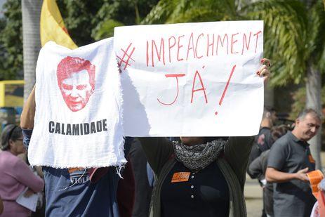 Rio de Janeiro - Grupo protesta em frente à prefeitura do Rio de Janeiro pedindo impeachment do prefeito Marcelo Crivella