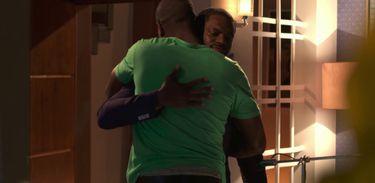 Jikulumessu - Pedro e Greg se abraçam