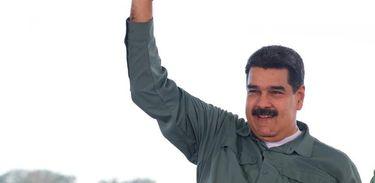 Maduro segura barra de ouro durante reunião com setor de mineração