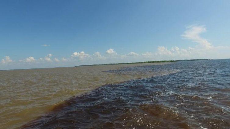 Encontro das Águas no Amazonas é um dos maiores patrimônios paisagísticos do Brasil