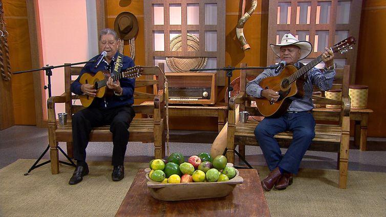 Os violeiros Zé do Cedro & Tião do Pinho cantam no Brasil Caipira