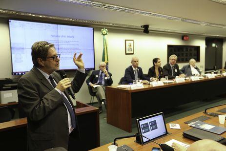 O  reitor da UFRJ, Roberto Leher durante audiência pública da Comissão de Educação da Câmara dos Deputados, para debater os problemas enfrentados pelo Museu Nacional, destruído por um incêndio em setembro deste ano.
