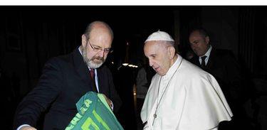 Papa Francisco recebe a camisa 71 da Chapecoense