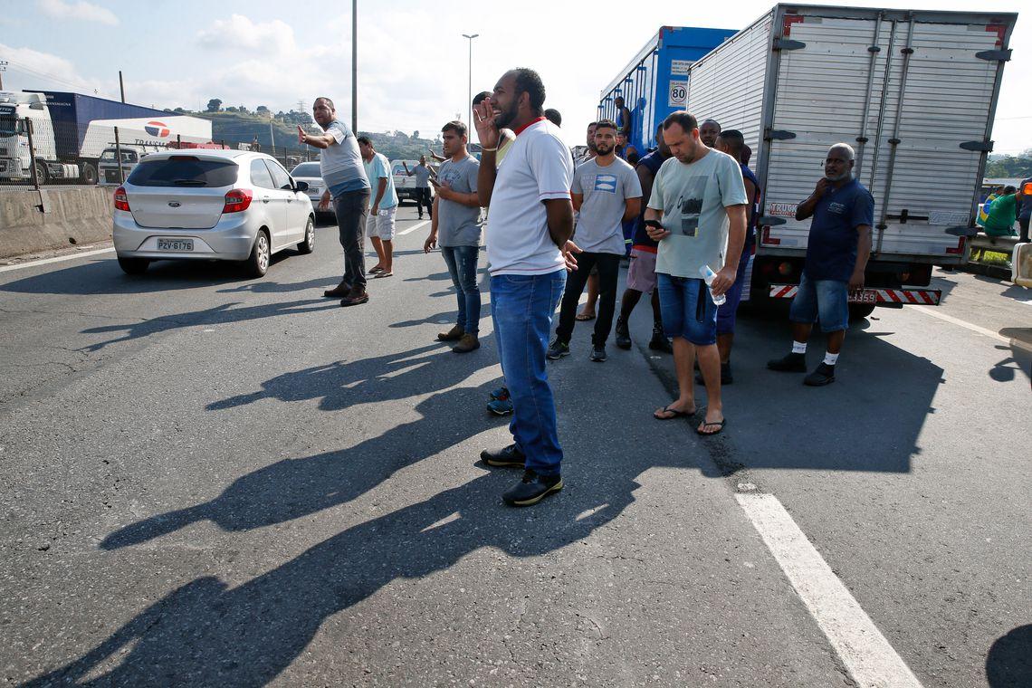 Paralisação dos caminhoneiros na Rodovia Presidente Dutra, no Rio de Janeiro.