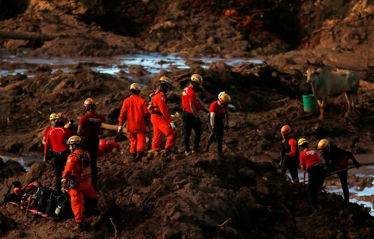 FILE PHOTO: Members of a rescue team search for victims after a tailings dam owned by Brazilian mining company Vale SA collapsed, in Brumadinho, Brazil January 28, 2019. REUTERS/Adriano Machado/File Photo