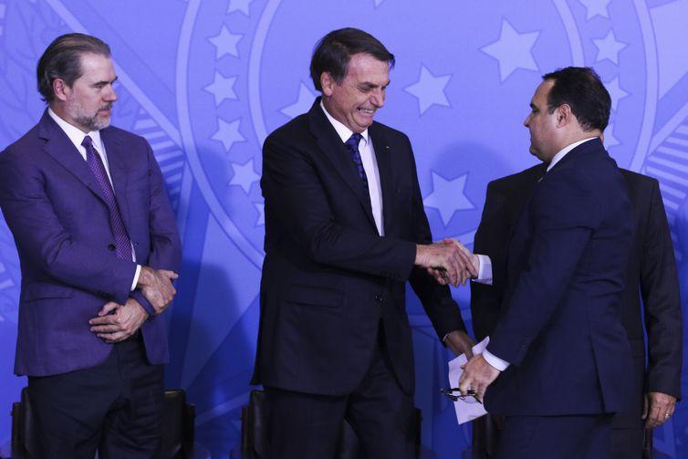 O presidente Jair Bolsonaro cumprimenta o novo ministro-chefe da Secretaria-Geral da Presidência da República, Jorge Antônio de Oliveira.