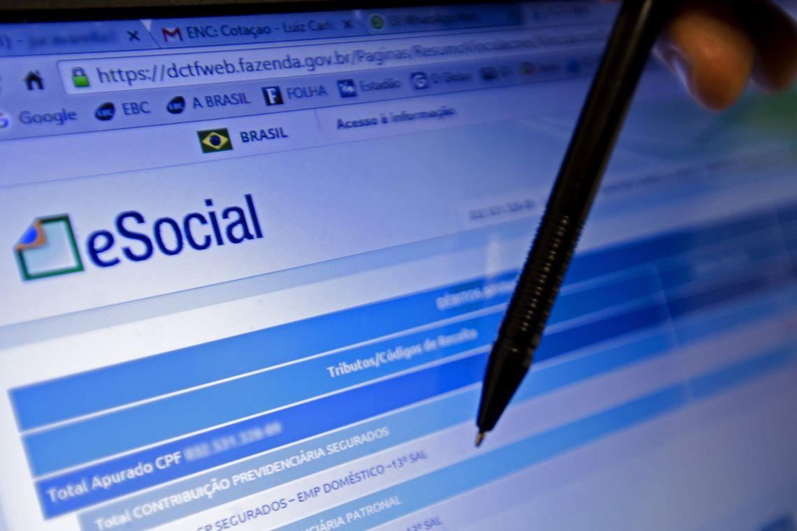 Resultado de imagem para Contratações e demissões passarão a ser comunicadas pelo eSocial