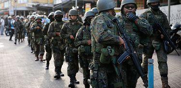 Militares das Forças Armadas atuam na garantia da lei e da ordem no Rio