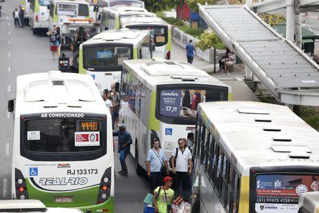 - Muitos ônibus tiveram pneus furados durante a paralisação dos rodoviários no Rio  Tânia Rêgo/Arquivo/Agência Brasil