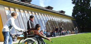 Cadeirante pratica esporte em escola
