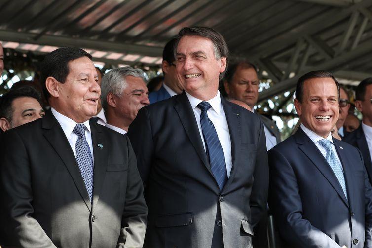 O presidente da República, Jair Bolsonaro, o vice-presidente Hamilton Mourão e o governador de São Paulo, João Doria, durante a solenidade de passagem do Comando Militar do Sudeste.