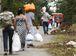 Manaus - Visitantes têm que andar cerca de 2 km até o Compaj para entregar alimentos aos presos, em visita que hoje (17) atrasou das 8h para as 10h30   (Marcelo Camargo/Agência Brasil)