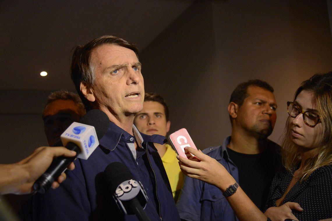 O candidato do PSL à Presidência da República, Jair Bolsonaro, fala à imprensa após gravação de campanha, no bairro Jardim Botânico, Rio de Janeiro.