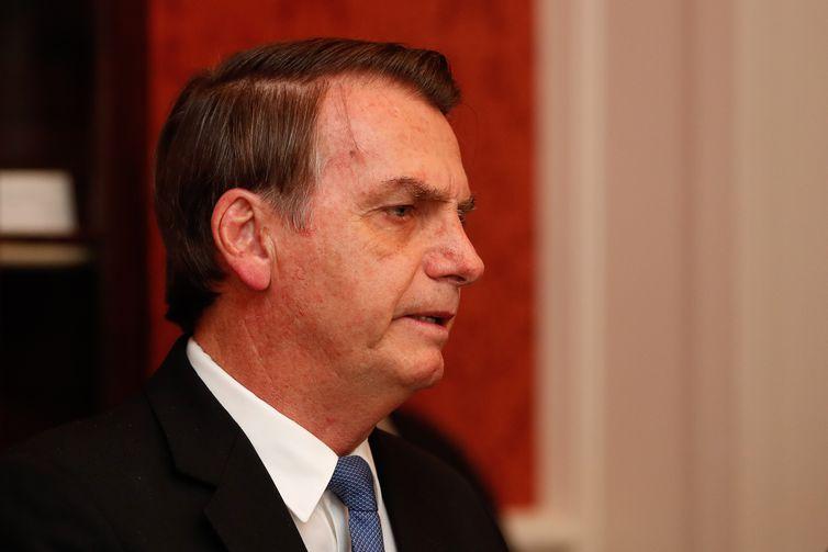 """Presidente da República Jair Bolsonaro durante audiência com o ex-secretário do Tesouro dos Estados Unidos Henry """"Hank"""" Paulson, em Washington (EUA)."""