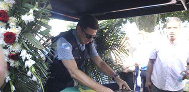 Policial despede-se em enterro de colega morto