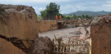 A Lama atingiu o distrito de Bento Rodrigues devido ao rompimento de duas barragens de rejeitos da empresa mineradora Samarco
