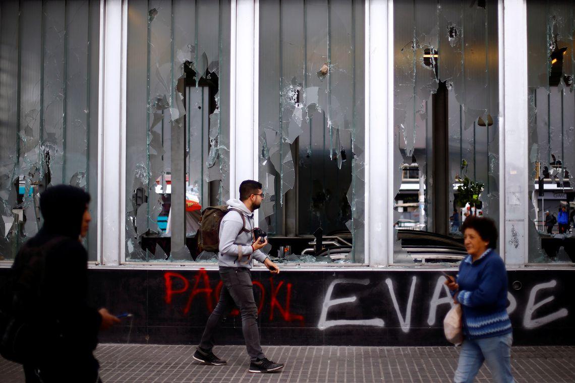 Capital do Chile amanhece sob estado de emergência após protestos. REUTERS/Edgard Garrido
