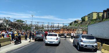 Passarela que caiu na Avenida Brasil após choque com a caçamba de um caminhão. Foto: Centro de Operações Rio/Divulgação.