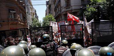 Forças armadas argentinas contêm manifestantes, nos arredores do Congresso em Buenos Aires, que protestam contra a votação da reforma da Previdência no país