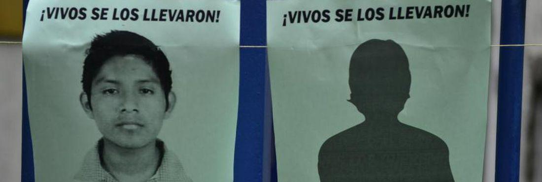 Manifestação em frente ao Consulado Mexicano no Rio. Estudantes se reuniram para protestar e exigir que o governo do México investigue os responsáveis pelo desaparecimento de 43 estudantes