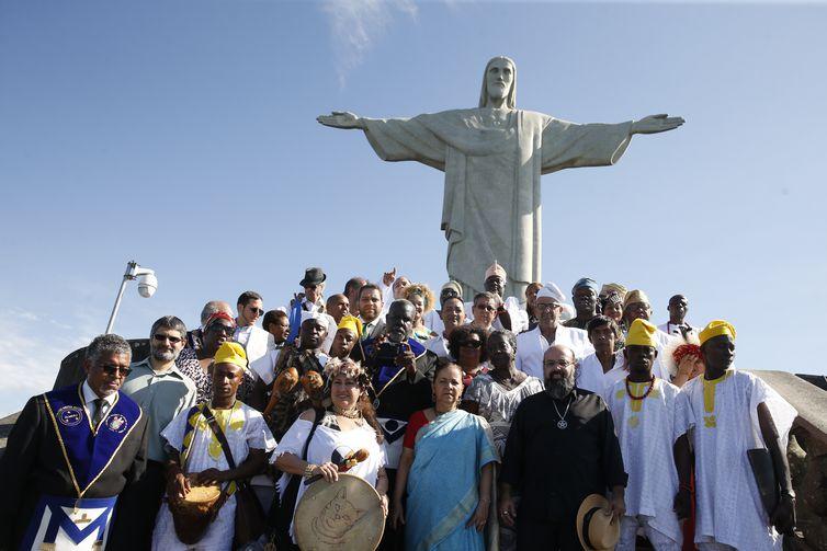 O rei de Ifé e líder do povo iorubá, na Nigéria, Ooni Adeyeye Enitan Ogunwusi, o Ojaja II, participa de evento inter-religioso no Cristo Redentor.